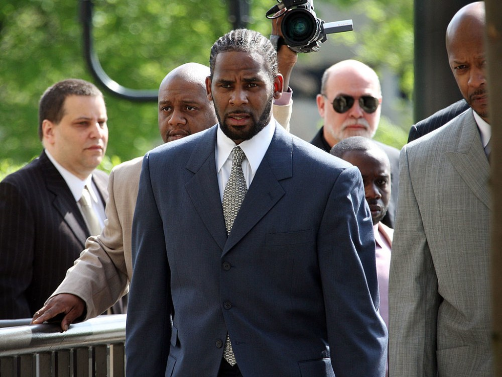 CHICAGO - MAY 09:  R&B singer R. Kelly (L) arrives at the Cook County courthouse where jury selection is scheduled to begin for his child pronography trial May 9, 2008 in Chicago, Illinois. Kelly has been accused of videotaping himself having sex with a girl believed to be as young as 13 years old. Kelly faces up to 15 years in prison if convicted.  (Photo by Scott Olson/Getty Images)